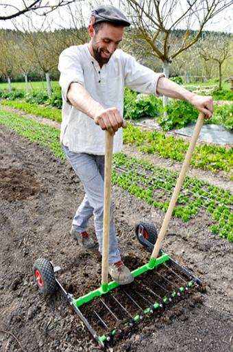La Campagnole, développée et commercialisée par La Fabriculture et la Ferme du Bec Hellouin, est une sorte de grelinette améliorée qui permet sans trop d'effort de décompacter le sol avant le semis.