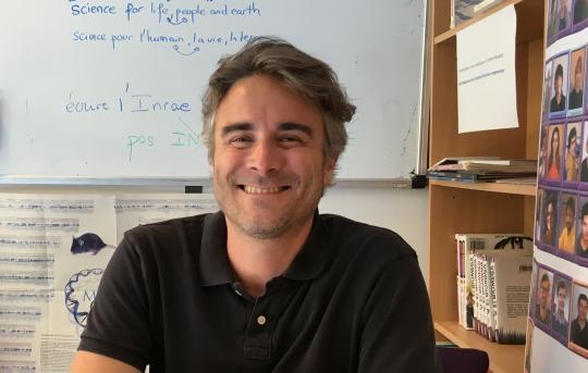 illustration Valentin Loux, bioinformaticien, aide les chercheurs à lire dans l'ADN