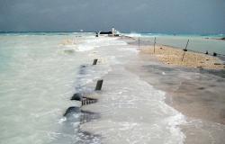 Cyclone Oli en Polynésie française : Vue prise côté lagon. La jetée et le quai de l'atoll sont submergés par le flot. Cyclone Oli, janvier 2010. Eté austral 2010 – Atoll de Tikehau – Tuamotu – Polynésie française.