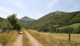 Une vallée menant au Puy Mary dans le massif des Monts du Cantal