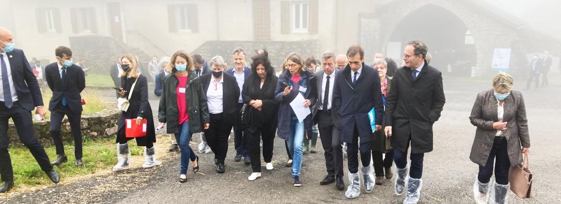 illustration En visite à l'unité expérimentale de La Fage, la ministre Frédérique Vidal salue l'engagement des recherches finalisées menées à INRAE