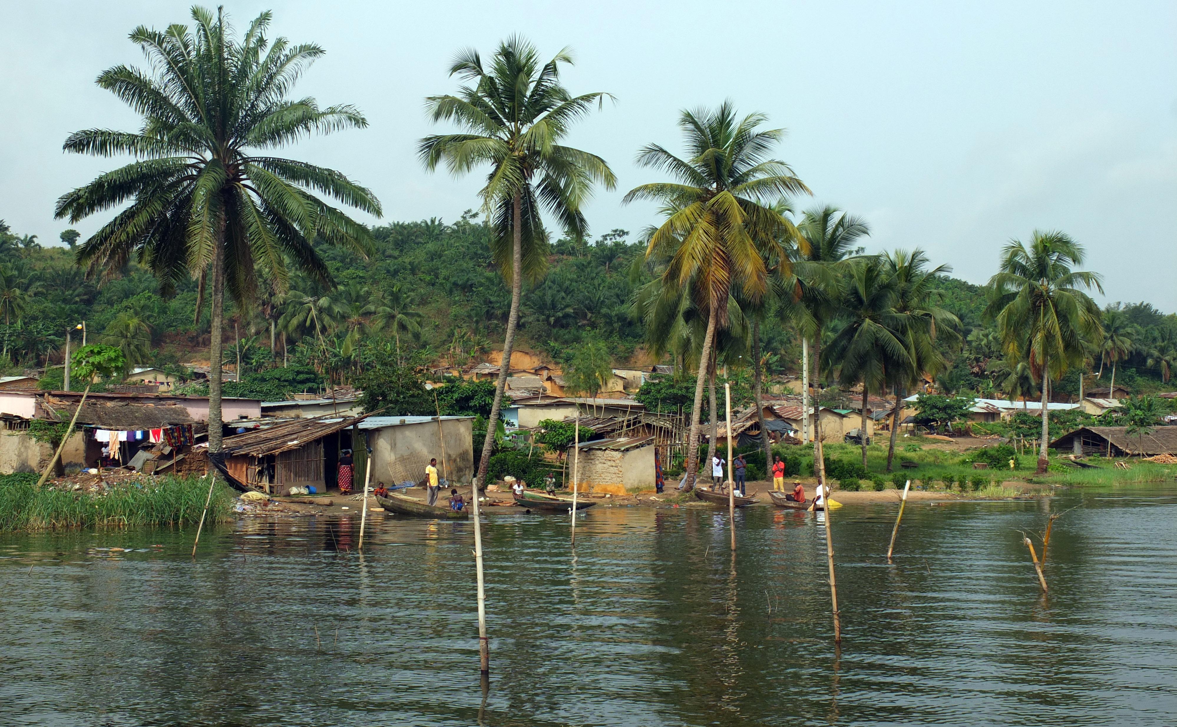 Village de Débarcadère sur les rives de la lagune Aghien (Côte d'Ivoire).