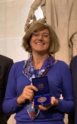 Véronique Bellon-Maurel tenant sa médaille