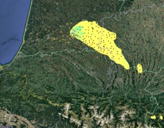 Distribution spatiale du dépôt de particules (gradient de couleur) prédite par le modèle Météo-France du 5 au 6 février 2017 et distribution spatiale des foyers d'IAHP H5N8 (cercles jaunes) reportés du 5 au 20 février 2017. Les points rouges représentent les élevages de volailles présents lors de l'épizootie de 2016-2017 (données DGAl, France).